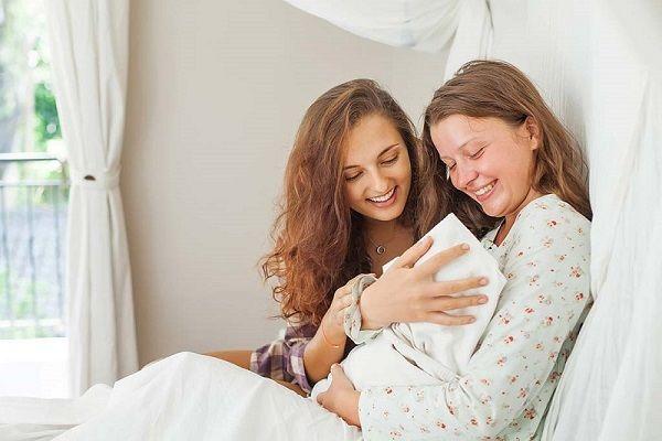 بغل کردن نوزاد توسط دیگران