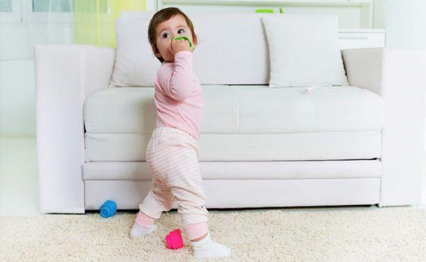 ایستادن کودک روی پا