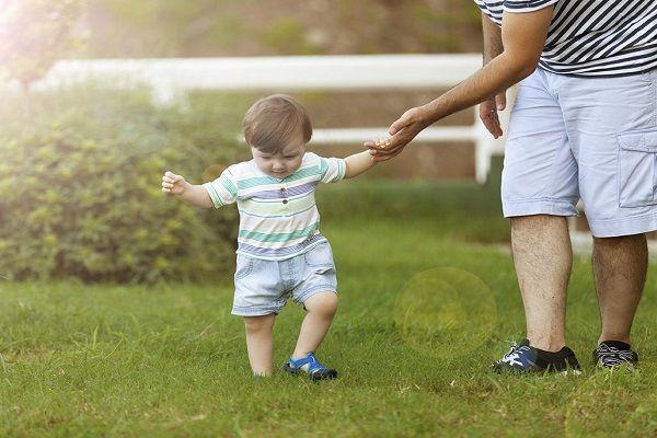 کمک به راه رفتن کودک