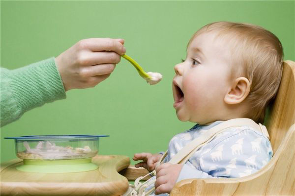 غذا دادن به کودک از چند ماهگی