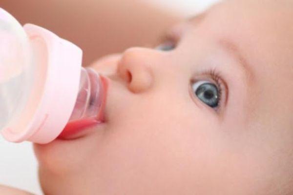 غذا دادن به نوزاد با شیشه شیر