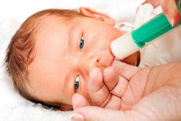 غذا دادن به کودک با سرنگ
