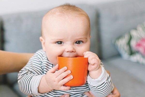 از چه سنی میتوان به کودک آب داد