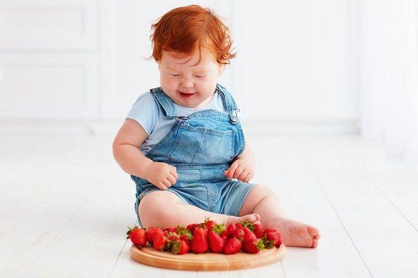 از چه سنی میتوان به کودک توت فرنگی داد