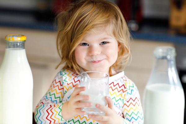 کودک از چه سنی می تواند شیر گاو بخورد؟