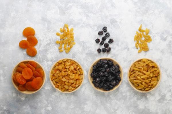 کودک از چه سنی میتواند کشمش و میوههای خشکشده بخورد؟