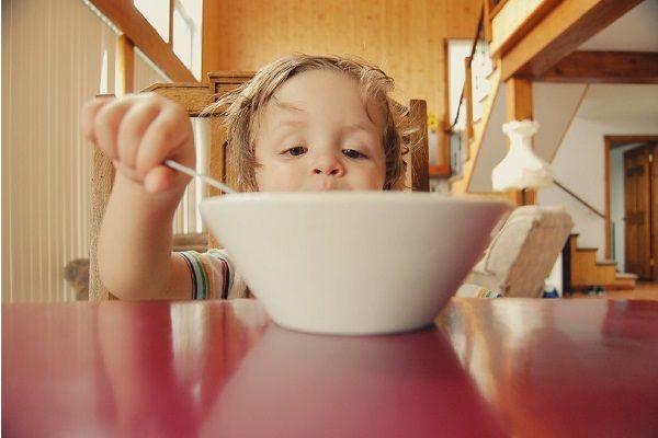کودک از چه سنی میتواند خودش غذا بخورد