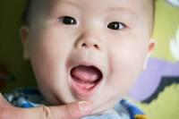 زمان دندان درآوردن نوزاد | اولین دندان نوزاد در چند ماهگی درمیآید