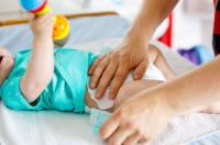 پوشک کردن نوزاد